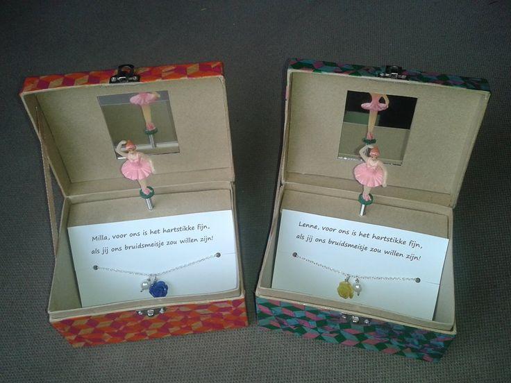 """""""Huwelijk"""" **Voor ons is het hartstikke fijn, als jij ons bruidsmeisje zou willen zijn** (cadeau om onze bruidsmeisjes te vragen) --decopatch voor het doosje en ketting gemaakt--"""