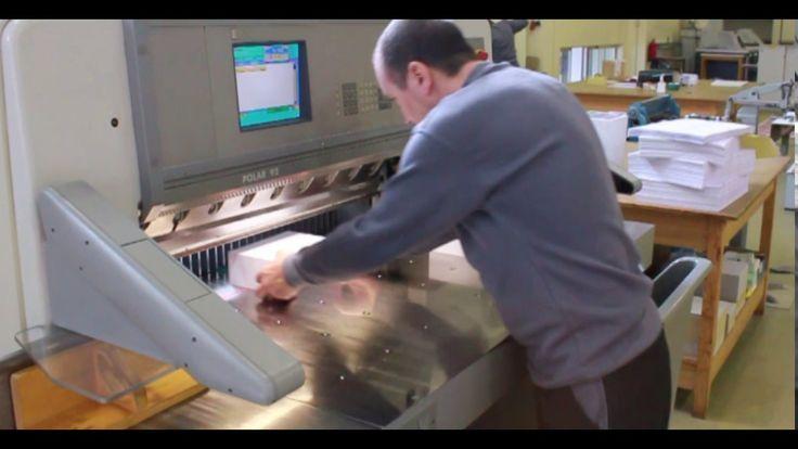 A guilhotina profissional permite um corte de alta precisão, sem rasgar e sem deixar marcas. É fundamental para a qualidade do trabalho - nada é produzido sem passar por este equipamento.