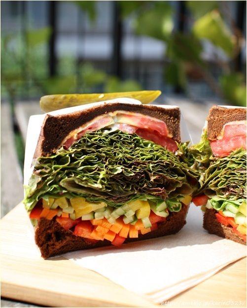 """具だくさんでヘルシーなサンドイッチが人気の「キングジョージ」。そのレシピをお手本に""""ヘルシーだけれど満足感たっぷり""""のサンドイッチを作ってみませんか!?"""