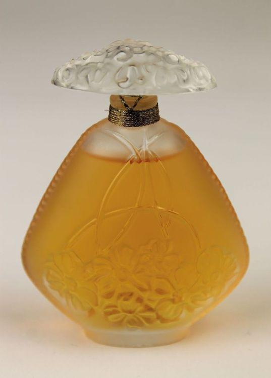 LALIQUE Parfums Fondé par Marie-Claude LALIQUE (1935-2003) «Jasmin» 1995. Flacon à parfum. Épreuve en cristal soufflé moulé et moulé pressé, en partie satiné. Scellé et parfum d'origine. Signé LALIQUE © France en lettres cursives sous la base. Haut.:11 cm.