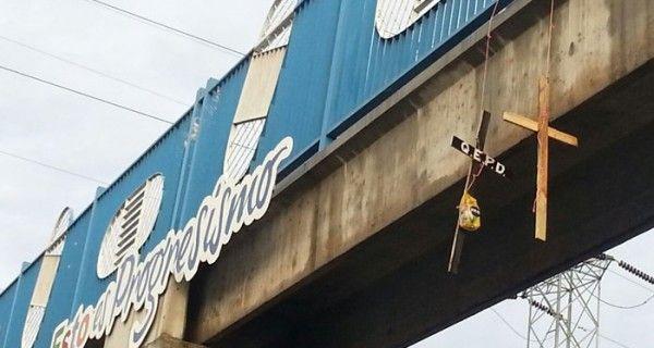 Este miércoles algunos puentes peatonales de Barquisimeto y Cabudare amanecieron cubiertos con cruces negras alusivas a un difunto. Las iníciales QEPD (que