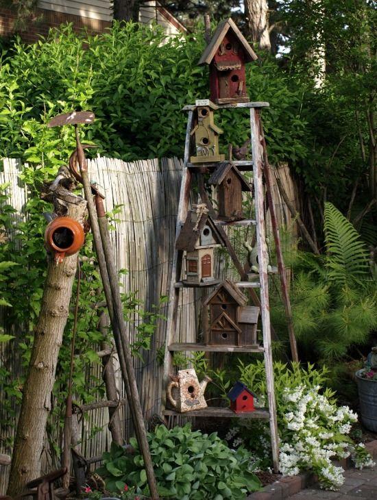 Buiten kun je de boel leuk decoreren, met een ladder in de tuin. Op de treden kun je potten met planten kwijt. Zo is het makkelijk verticaal tuinieren!