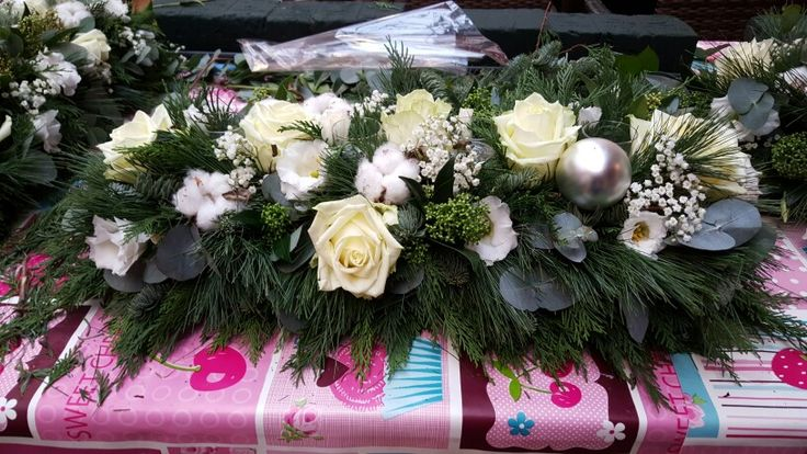 Bloemstuk met witte rozen