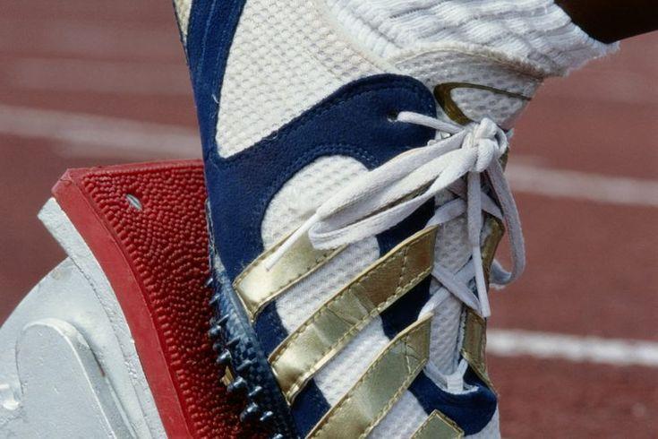 Equipo para correr carreras cortas. Para correr no se suele necesitar demasiado equipo. Con un buen par de zapatillas de correr suele ser suficiente para salir por el parque y mantenerse en forma. Sin embargo, si eres un atleta de pista o campo, es posible que necesites equipos adicional cuando ...