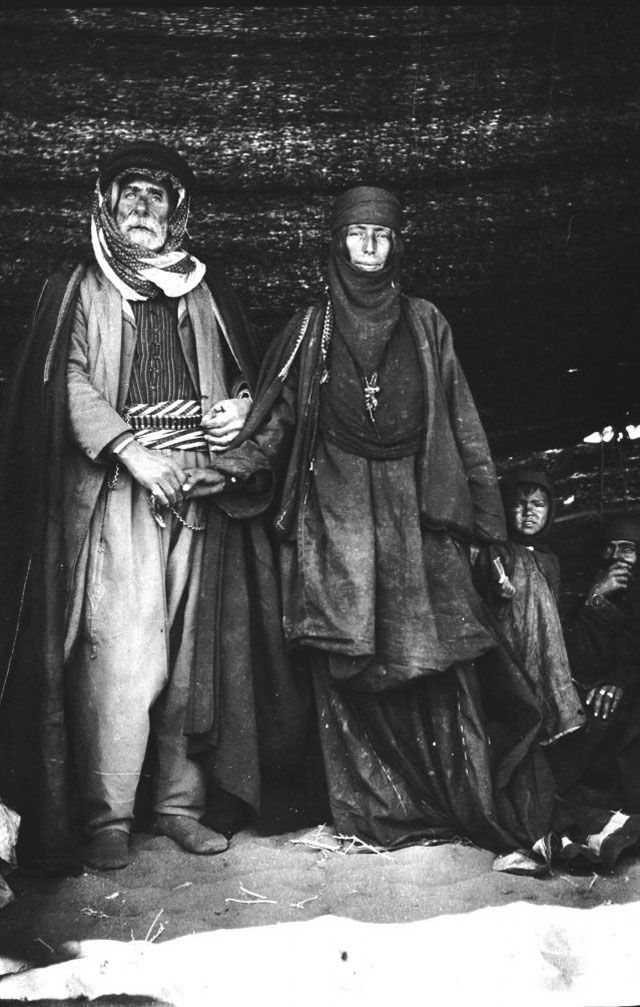 Saudi man and wife 1914 [OS][640x1007]
