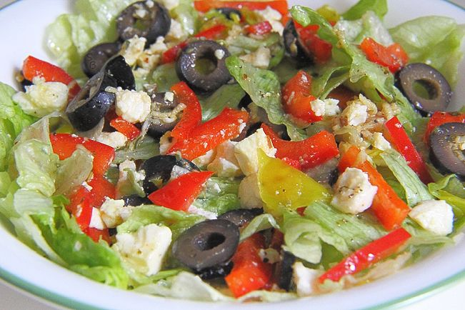 Салат с красным перцем, оливками и сыром фета.