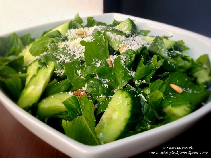 Salată cu spanac, mentă și castraveți