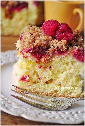 Banalnie prosty przepis na ciasto drożdżowe. Zaskakuje swoją pulchnością i delikatnością. Maliny doskonale kontrastują ze słodyczą ciasta i kruszonki.…