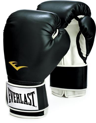 Los guantes de boxeo presentan diferentes estilos y pesos. Se usan acompañados de una venda protectora que envuelve las manos y ayuda a proteger los puños de posibles fracturas óseas y de otras heridas.