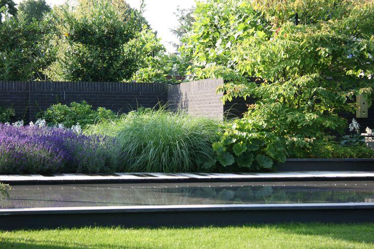 Een kindvriendelijk waterspiegel maakt deze stijltuin compleet.