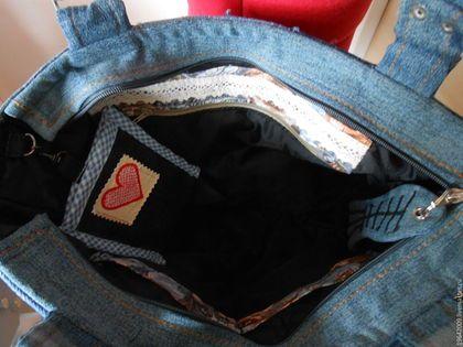 Купить или заказать Сумка джинсовая 'Весенняя американка') в интернет-магазине на Ярмарке Мастеров. Джинса ,светлая ,синяя , Сделана была по идее замечательной женщины проживающей в америке. Нравится тем ,что можно одевать под большее количество одежды ,так как использованы разные оттенки.По желанию можно сделать темнее или светлее .Можно использовать другой рисунок Большое количество карманов делают ее наиболее удобной Сбоку потайной карман в шве ,внутри один на молнии и два открытых...