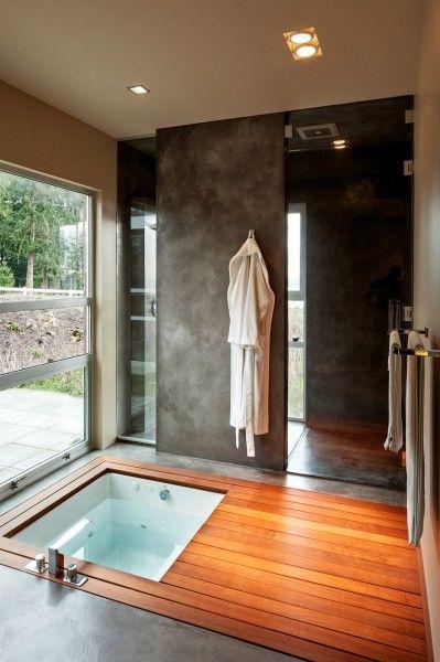 浴槽が床に埋設された明るく開放的な浴室