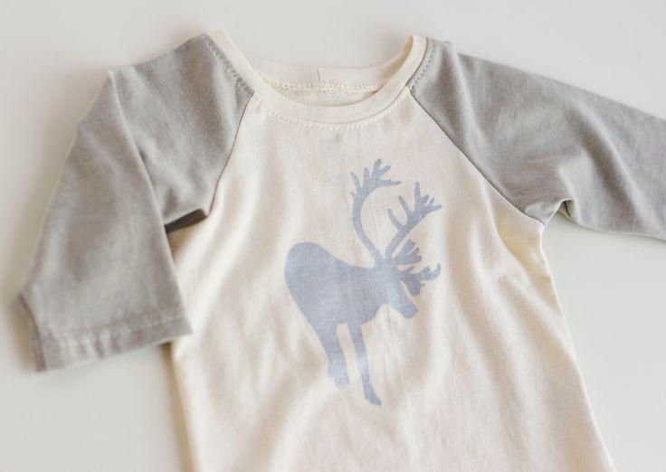 T-shirt bio à manches raglan longues pour bébé à motif de renne par Catherine Soucy, designer