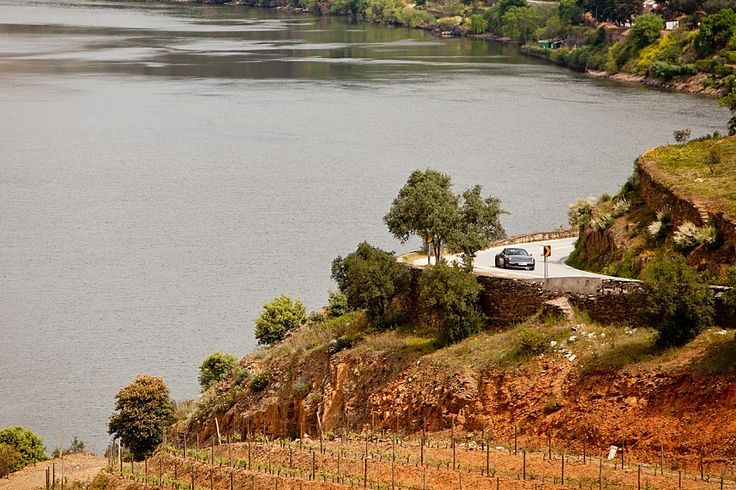 As 10 grandes viagens de estrada em Portugal. De braço de fora, cabelos ao vento e com um país a passar na janela do seu carro. Faça-se à estrada!