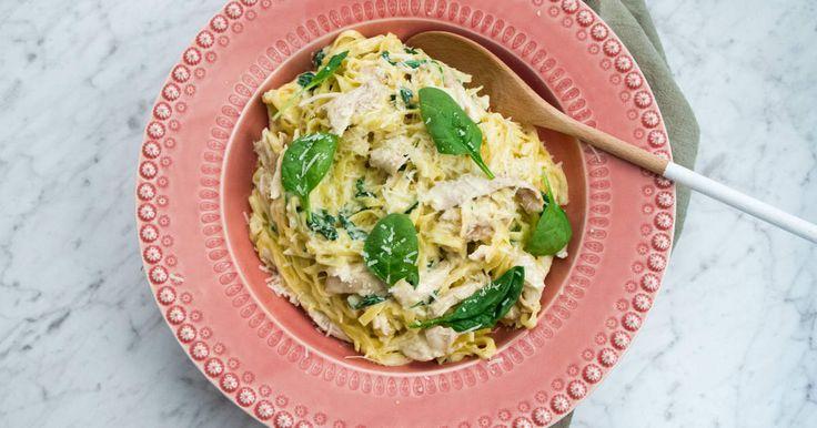 Pasta kyckling Alfredo på grillad kyckling och massor av vitlök. Låt pastan koka i sin egen pastasås så blir middagen snabb, enkel och krämigt god!