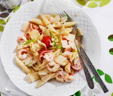 Snabblagad pastarätt av lök, räkor, körsbärstomater, grädde, buljong, citron och nykokt pasta. Räkpasta med parmesan har en krämig konsistens och tillagas på under 30 minuter. Låt er väl smaka!