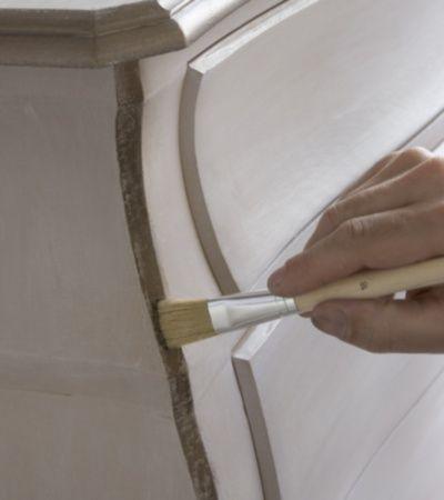 Apprenez à patiner un meuble avec  Le matériel necessaire pour réaliser votre projet : Papier abrasif grain 240 6 minis chiffons pour effet Effet Patiné Enduit de préparation Bois Peinture à base de Caséine Pinceau plat 40 mm Cire Bronze Ancien  Etape 1 : Sur un support propre, sec et légèrement poncé, appliquer …