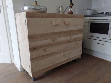Keukenkast van steigerhout met wielen op aanrechthoogte.