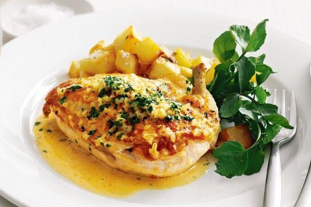 Υπέροχο στήθος κοτόπουλου με πικάντικη σάλτσα και πατατούλες φούρνου. Ένα πεντανόστιμο πιάτο που θα απολαύσει όλη η οικογένεια, μικροί και μεγάλοι, στο καθ