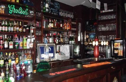 Réserver ou privatiser gratuitement Le Fubar à Paris et bénéficier de nos tarifs négociés : sur la pinte de bière et les cocktails #LesBarrés #Le #Fubar #réserver #privatiser #tarif #pinte #bière #cocktail #bouteilles #vins #bar #comptoir #remplir #boire #soirée #karaoké