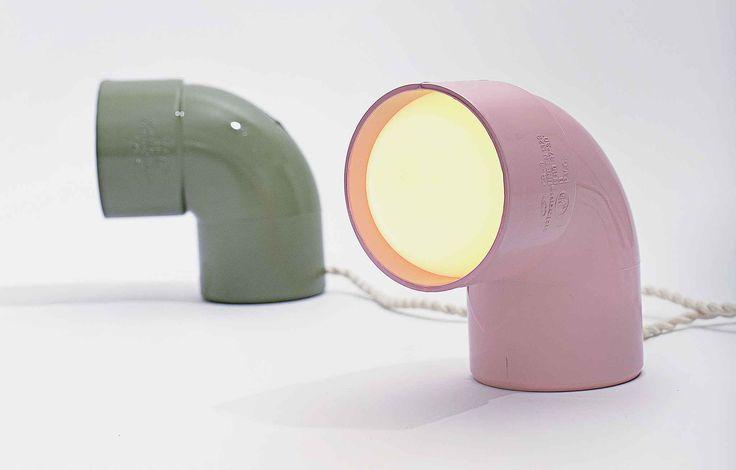 Une lampe créée à partir d'un coude en PVC