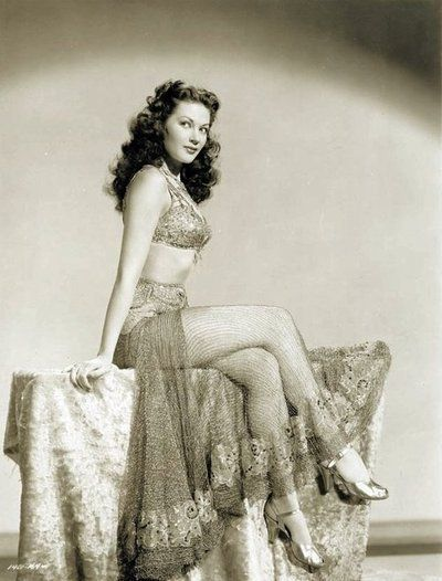 Yvonne De Carlo. Real woman. Every woman should be real but also a goddess
