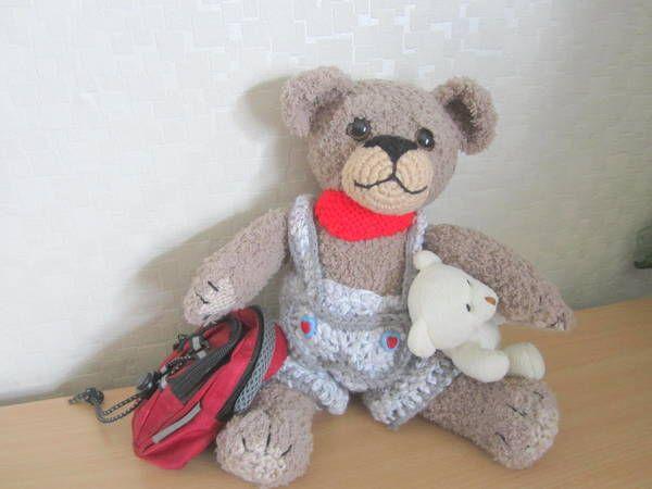 Dieses kuschelige Bärchen ist zum Verlieben. Ich habe ihn mit Teddygarn gestrickt, muss aber nicht sein, man kann auch normales Garn verwenden, es sollte aber dicker sein oder man nimmt es doppelt. Er lädt alt und jung zum Kuscheln ein. Seine Größe is