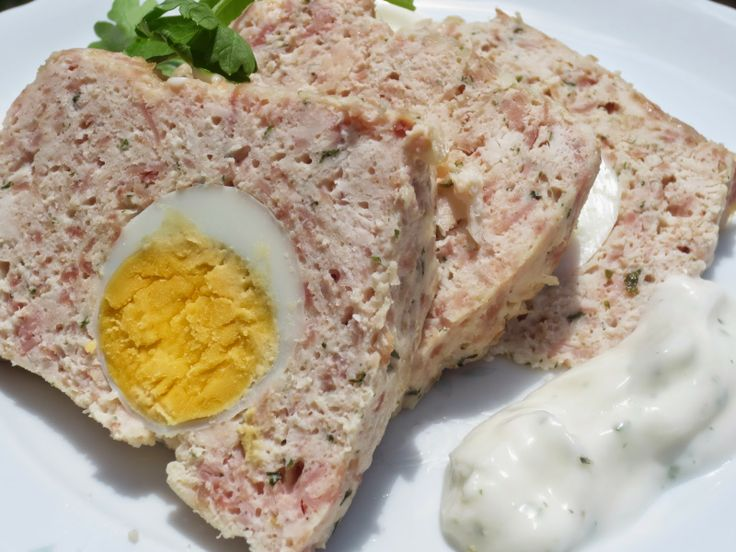 Ingredientes: Pastel de pollo light  -1 diente ajo gordo -400 gr. pechuga pollo o pavo -120 gr. jamón cocido -15 gr. aceite oliva -1 huevo L -Sal, pimienta, perejil -4 huevos cocidos