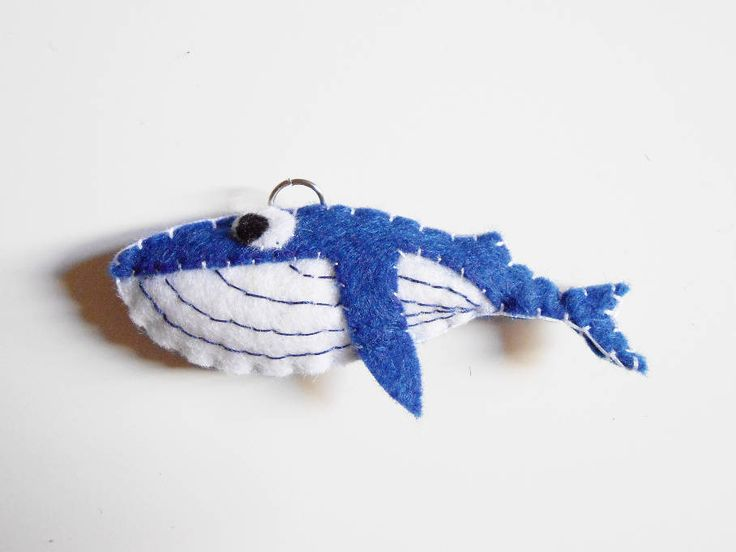 Llavero o adorno ballena azul de fieltro. Juguete animal rorcual azul by CaiMonkeyCrafts on Etsy