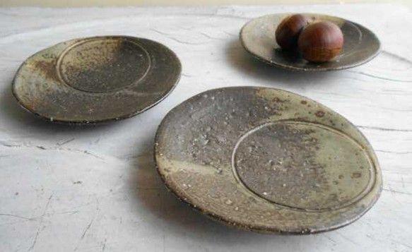 タタラ作りの小皿です。内側の円を見れば満月、他の部分を見れば三日月、置き方で上弦の月 下弦の月になります。化粧土は月にかかる雲をイメージしています。中秋の名月...|ハンドメイド、手作り、手仕事品の通販・販売・購入ならCreema。