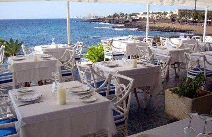 Villa Toledo se ha situado como uno de los restaurantes más encantadores de Costa Teguise. Pegado literalmente al mar, cocina de autor con pescado fresco.
