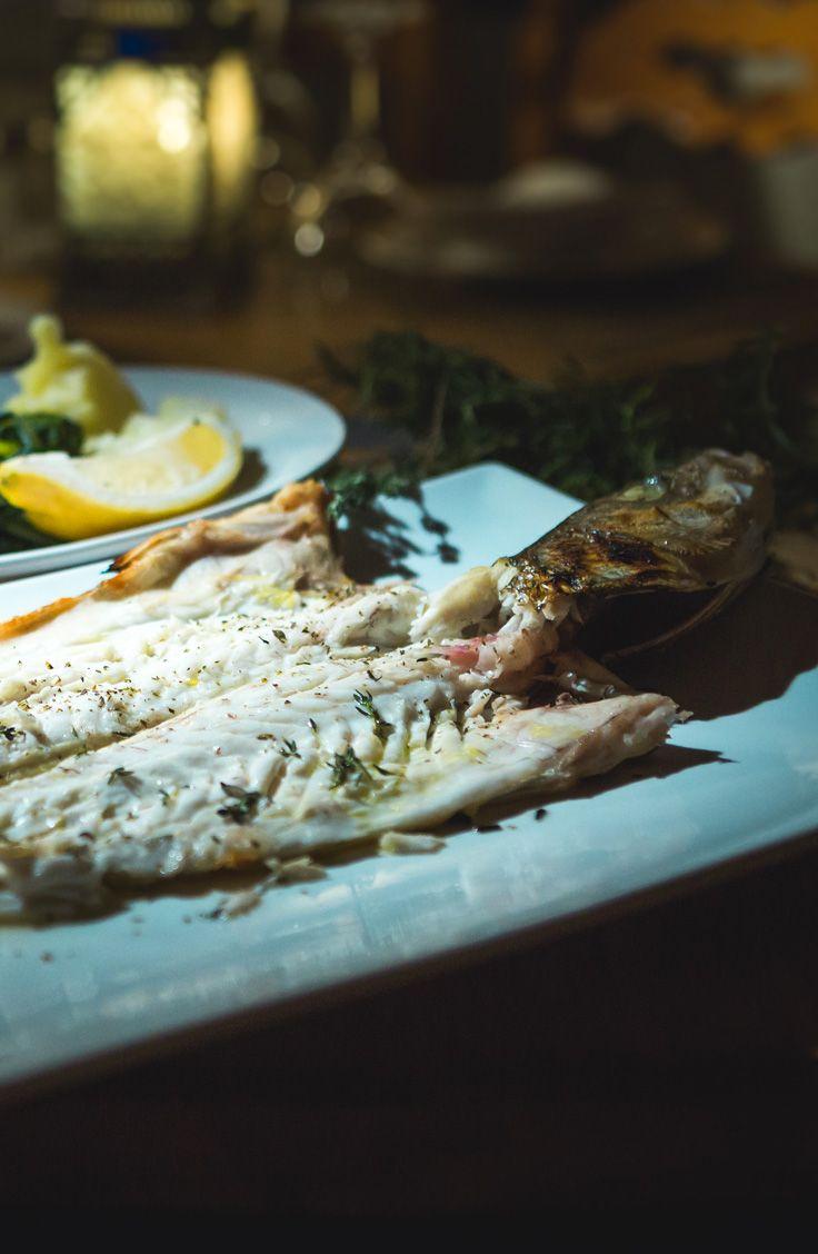 Dans l'émission RESTO MUNDO, le chef grec George Mangafas propose une recette de poisson grillé : un bar rayé. Venant directement de la mer Méditerranée, il est important d'utiliser un poisson frais pour réaliser cette recette simple, mais exquise!