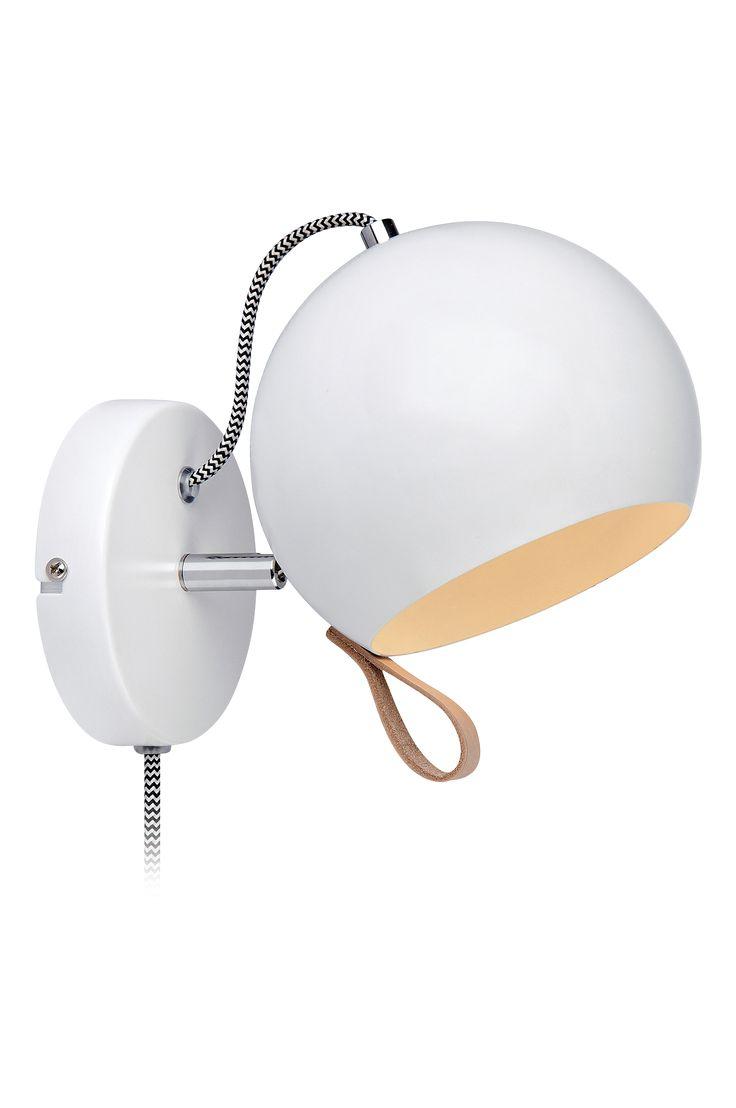 Ball vägglampa från Markslöjd. Vit metall med läderögla för justering av lamphuvud. 2 meter svartvit sladd med strömbrytare. Längd 15 bredd 15 höjd 21,5 cm.