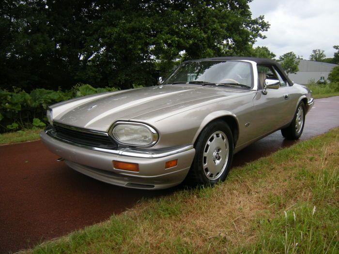 Jaguar - XJS 4.0 Automaat Cabriolet - 1996  Voor de liefhebber een van de laatste gefabriceerde jaguar xjs 4.0 cabriolet automaat matching numbers De linker voorstoel heeft wat gebruikssporenStart direct en loopt op 900 toeren en de automaat schakelt soepel Een fijne auto om zomers mee te toeren. De Jaguar remt naar behoren Leren bekleding usa title invoerrechten en btw zijn betaald alleen rdw keuren de linnenkap ziet er goed uit Auto heeft originele lak op elk onderdeel zit een sticker met…