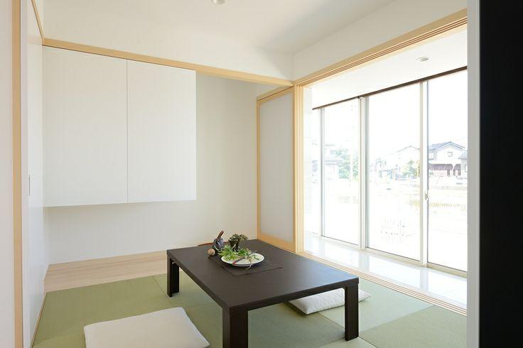 シンプルで気取らない琉球畳の和室。床の間の横には吊り押入れがあります。