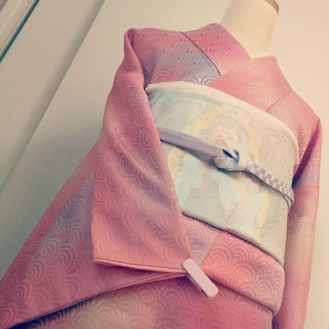 【cocon.kimono】さんのInstagramをピンしています。 《青海波のグラデーション着物 pearl珊瑚の色が素敵♡ #着物 #着物コーディネート #cocon #小紋 #訪問着 #付け下げ #リサイクル着物 #アンティーク着物 #熊本 #趣着物 #結婚式 #桜 #春 #七五三 #ピンク》