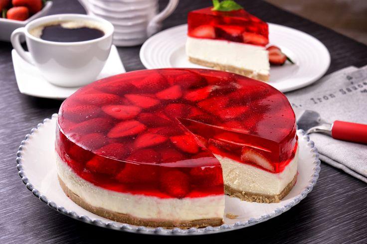 La combinación de texturas y sabores de este particular pastel de gelatina y fresa, te fascinarán por su exquisita combinación de queso mascarpone con fresas, hará de la hora del postre algo sensacional.