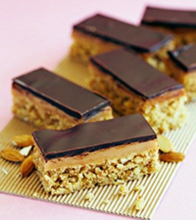 Karamell…sjokolade…konfekt. Ord som smelter på tungen, akkurat som denne kaken. Denne konfektkaken er laget uten sukker og kan spises av deg som følger lavkarbo. Og selvfølgelig av alle…