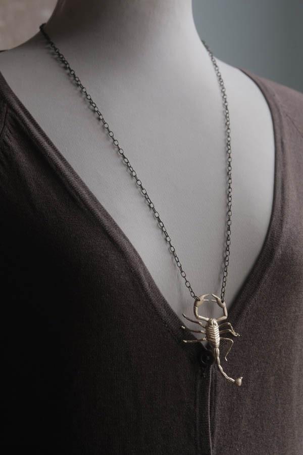 $13  Collar escorpión dorado colección Tom Adams. via Bahía, confecciones, recuerdos y puestas de sol.. Click on the image to see more!