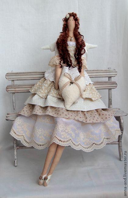 Фея любви Айвори. 70 см! фея сшита из хлопка красивого цвета айвори. Внутри у нее маленькое пластиковое сердечко,что наделяет игрушку 'душой'.Платье украшено итальянским шелковым кружевом.Волосы из натуральной шерсти.