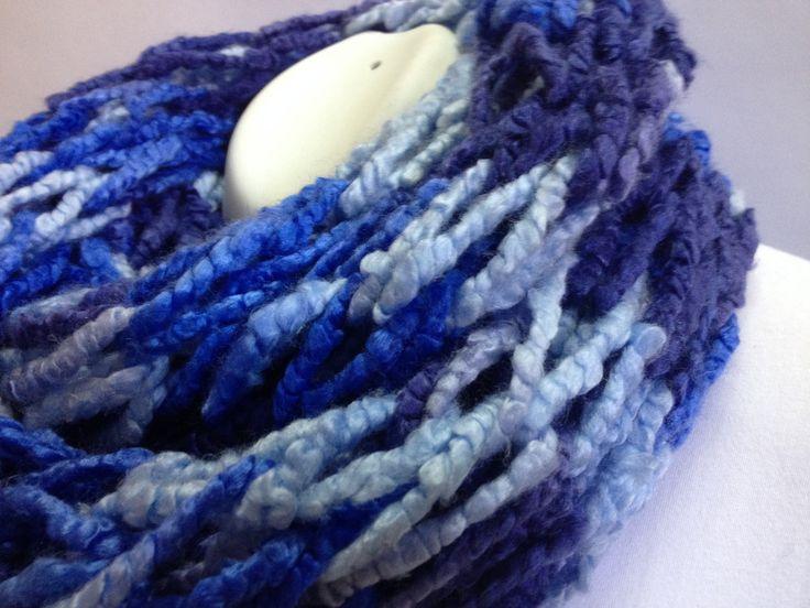 bufanda infinita color azul celeste y azul marino elaborada bajo la tcnica de dos agujas
