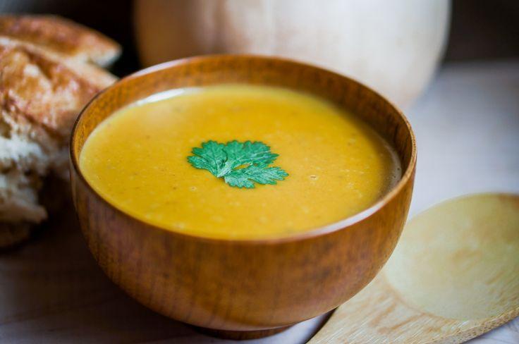 Det er sesong for gresskar - en mild og god grønnsak som du kan lage mye godt av. Så husk å bruke innmaten i gresskaret når du forbereder deg til Halloween imorgen. Gresskarkjøttet får en mild og søtlig smak når det kokes. Chili og ingefær setter en liten spiss på smaken, mens lime gir suppen…