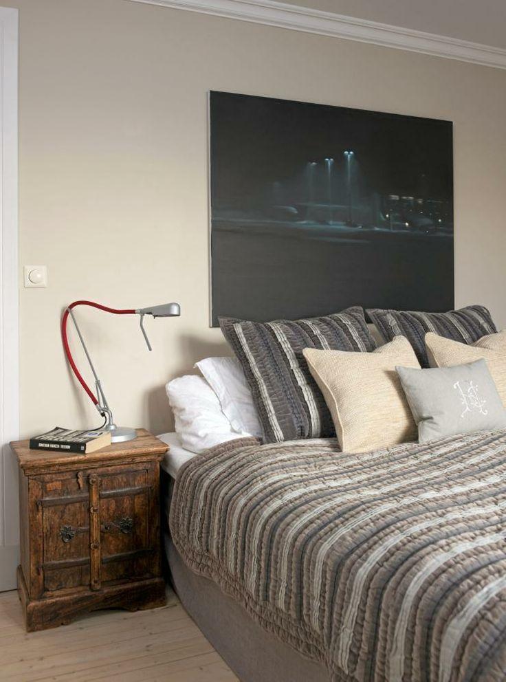 KONTRAST. Nattbordslampen Arketto fra Luxo står pået lite skap som er kjøpt i utlandet for flere år siden.Maleriet er signert Marius Engstrøm.