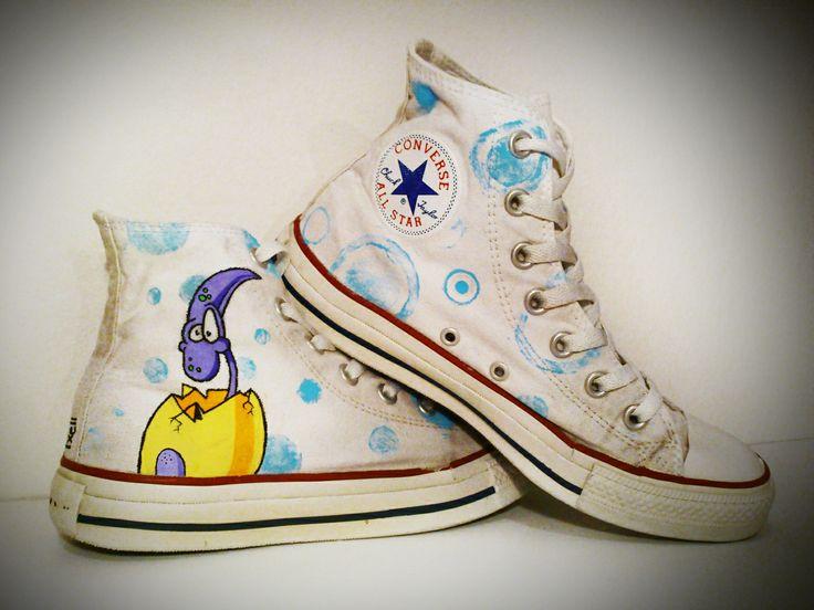 """Zapatillas """"Dino"""". Pintadas a mano con rotuladores y pinturas textiles. ¿Quieres hacer un lavado de cara a tus zapatillas viejas?"""