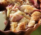 Rabarber- och äppelkaka är en himmelskt god efterrätt som du kommer älska! Den friska citrustonen i kakan får du av färskriven ingefära som strös över rabarber och äpple före degen klickas på. Servera din nygräddade, läckra paj med vaniljglass.