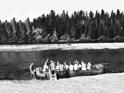 İlk kauçuk sal, Lt John Fremont tarafından yapıldı ve Horace H. Day'in 1840'larda inşa edildiğine inanıldı. Rocky Dağları ve Büyük Ovaları araştırmayı planladılar. O zamanlar icat edilmiş olmasına rağmen, yüzyılın başlarında kadar ilk ticari rafting gezisi gerçekleşmedi . Ancak 9 Haziran 1940'da Clyde Smith, Snake Nehri Kanyonu'ndan başarılı bir yolculuğa çıkıldı. Daha sonraki yıllarda John D. Rockefeller, Jr Grand Teton Milli Parkı'nda modern bir tatil oteli inşa etti. 1950'lerin sonunda…