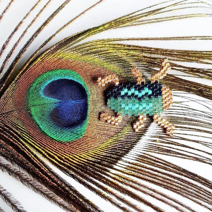 Mon homme est photographe (@sebastienjarry ). Il a donc tout de suite remarqué que les couleurs que j'avais choisies pour tisser ce petit scarabée étaient les mêmes que celles de la plume de paon (je ne l'avais même pas fait exprès !) et a fait cette sublime photo. #teamdechoc #mercimylove❤️ . ✨✨✨✨✨✨✨✨✨✨✨✨ #jenfiledesperlesetjassume #perlesaddict #perlesaddictanonymes #miyukiaddict #perlezmoidamour #tissageperles #tissagebrickstitch #brickstitch #miyukibeads ✨✨✨✨✨✨✨✨✨✨✨ #etoilespistache…
