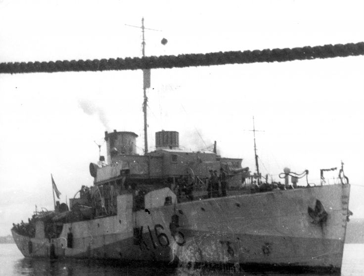 Вид на канадский корвет «Сноубэрри» с другого корабля ...
