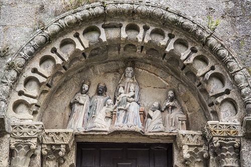 Loppiainen. Kuninkaiden Kumarrus reliefi Templo de San Fiz de Solovio kirkon julkisivusta. Tuntematon tekijä 1316, Santiago de Compostela, Espanja. Valokuva Marco Peretto.