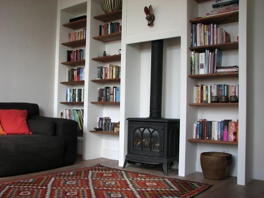 Woonkamer kast foto: Giny Schoenmaker Zelf gemaakt deze kast van itongblokken en houten planken. (mijn huis)